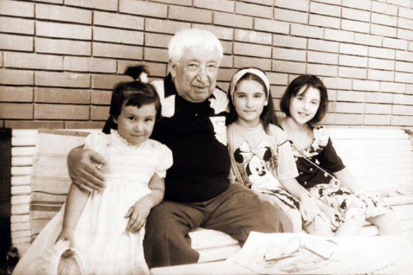 Расул Гамзатов с внучками