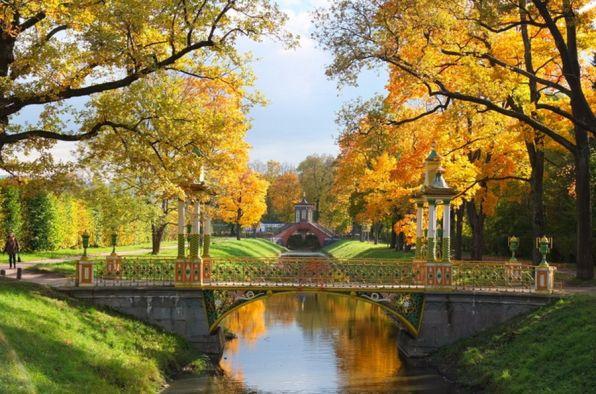 Осенней позднею порою Люблю я царскосельский сад, Когда он тихой полумглою Как бы дремотою объят —