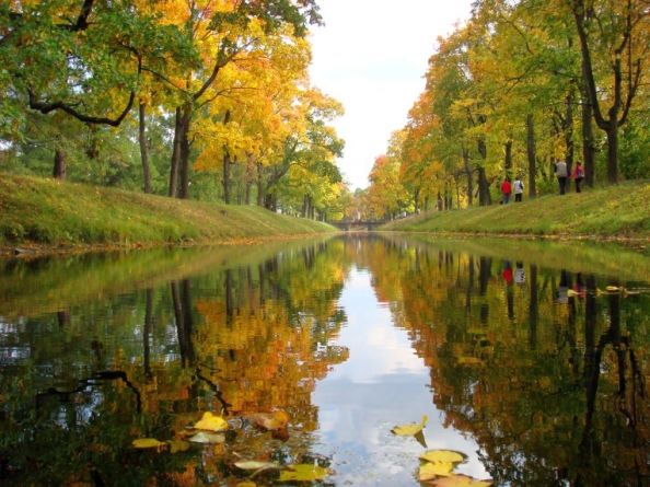 Николай Глазков Онежский сентябрь Стоит погода: так себе, На том спасибо — нету снега, Но мы в прохладном сентябре Купались в озере Онего.