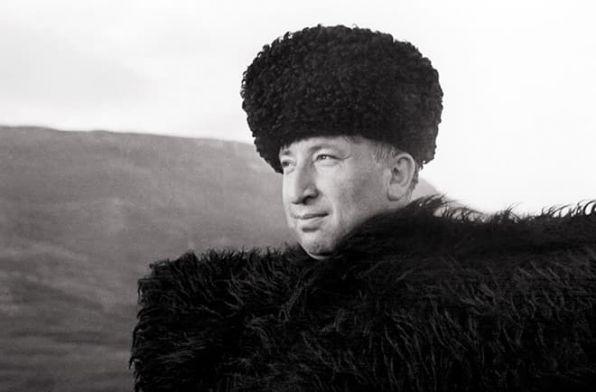Расул Гамзатов в национальной одежде