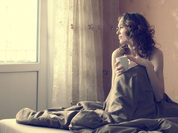 Люблю?, не знаю может быть и нет, Любовь имеет множество примет, А я одно сказать тебе могу Повсюду ты, во сне, в огне, в снегу,