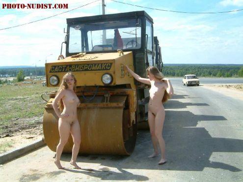 голая девушка на дороге фото